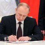 Путин утвердил законопроект о единовременной помощи пенсионерам